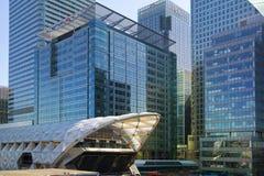 LONDON UK - MAJ 14, 2014: Modern arkitektur för kontorsbyggnader av den Canary Wharf arian den ledande mitten av global finans Arkivfoton