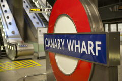 LONDON UK - MAJ 14, 2014 posterar det London röret, Canary Wharf Royaltyfri Fotografi