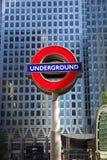 LONDON UK - MAJ 14, 2014 posterar det London röret, Canary Wharf, den mest upptagna stationen i London som någonsin kommer med om Arkivfoto