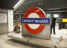 LONDON UK - MAJ 14, 2014 posterar det London röret, Canary Wharf, den mest upptagna stationen i London som någonsin kommer med om Royaltyfri Bild