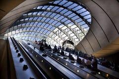 LONDON UK - MAJ 14, 2014 posterar det London röret, Canary Wharf, den mest upptagna stationen i London som någonsin kommer med om Royaltyfria Bilder