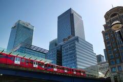 LONDON UK - MAJ 14, 2014: Utbildar modern arkitektur för kontorsbyggnader av den Canary Wharf arian och DLR Royaltyfria Bilder