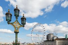 LONDON/UK - MARS 21: Dekorativ lampstolpe på Westminster Bridg Royaltyfri Foto