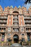 LONDON UK - MARS 22, 2014: Den viktorianska fasaden av Russell Hotel på Russell Square Royaltyfri Fotografi