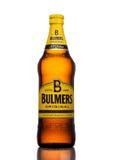LONDON UK - MARS 15, 2017: Flaska av Bulmers original- äppeljuice på en vit bakgrund Det är ett av de ledande brittiska äppeljuic Arkivbild