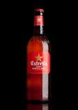 LONDON UK - MARS 21, 2017: Flaskan av Estrella Dam öl på svart bakgrund, Estrella Dam är ett pilsner öl som bryggas i Barcelon Royaltyfri Fotografi