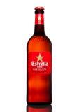 LONDON UK - MARS 21, 2017: Flaskan av Estrella Dam öl på vit bakgrund, Estrella Dam är ett pilsner öl som bryggas i Barcelon Royaltyfria Foton