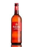 LONDON UK - MARS 21, 2017: Flaskan av Estrella Dam öl på vit bakgrund, Estrella Dam är ett pilsner öl som bryggas i Barcelon Arkivfoton