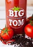 LONDON UK - MARS 10, 2018: Glasflaskan av stora Tom kryddade tomatblandningen på trä En kraftig blandning av kryddor som gör det  Royaltyfria Foton
