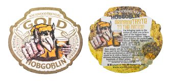 LONDON UK - MARS 01, 2018: Hopgoblin guld- original- beermatkustfartyg som isoleras på vit Royaltyfria Foton