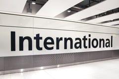 LONDON UK - MARS 28, 2015: Internationellt ankomsttecken Inre av Heathrow flygplatsterminal 5 nytt byggande Royaltyfria Foton