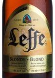 LONDON UK - MARS 10, 2018: Kall flasketikett av Leffe blont öl på vit Leffe göras av Abbaye de Leffe i Belgien Royaltyfria Foton