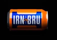 LONDON UK - MARS 15, 2017: Kunna av drinken för Irn-Bru lemonadsodavatten på svart Producerat av Barr i Skottland, UK Royaltyfria Foton