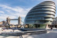 LONDON/UK - MARS 7: Sikt av stadshus- och tornbron i Lond Royaltyfri Foto