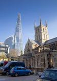 LONDON UK - MARS 29, 2014 Southwark domkyrka och Shadr av exponeringsglas Fotografering för Bildbyråer