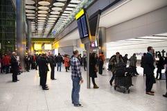LONDON UK - MARS 28, 2015: Väntande på ankomster för folk i Heathrow flygplatsterminal 5 arkivfoton