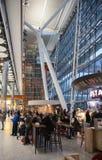 LONDON UK - MARS 28, 2015: Väntande på ankomster för folk i Heathrow flygplatsterminal 5 royaltyfri bild