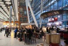 LONDON UK - MARS 28, 2015: Väntande på ankomster för folk i Heathrow flygplatsterminal 5 arkivbilder