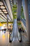 LONDON UK - MARS 28, 2015: Väntande på ankomster för folk i Heathrow flygplatsterminal 5 royaltyfri foto