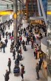 LONDON UK - MARS 28, 2015: Väntande på ankomster för folk i Heathrow flygplatsterminal 5 fotografering för bildbyråer