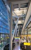 LONDON UK - MARS 28, 2015: Väntande på ankomster för folk i Heathrow flygplatsterminal 5 arkivfoto