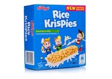 LONDON UK - November 17, 2017: Asken av stången för sädesslag för frukosten för Kellogg ` s Rice Crispies på vit, Rice Crispies ä Arkivbilder
