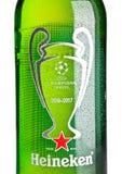 LONDON UK - NOVEMBER 01, 2016: Flaska av Heineken Lager Beer på vit bakgrund Kämpar för ligan 2016-2017 Heineken är flaggorna Royaltyfri Foto