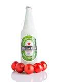 LONDON UK - NOVEMBER 11, 2016: Flaska av Heineken Lager Beer som täckas med snö och röda julbollar Heineken är flaggskepppren Arkivfoton