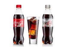 LONDON UK - November 17, 2017: Flaskor av klassikern och bantar cocaen - cola på vit Coca - cola är en av de populäraste sodavatt Fotografering för Bildbyråer