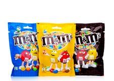 LONDON UK - NOVEMBER 03, 2017: Godisar för choklad för M&M ` s på vit som produceras av Mars som inkorporeras Royaltyfria Bilder