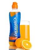 LONDON UK - NOVEMBER 11, 2016: Kall flaska av drinken för Lucozade sportenergi med apelsinen och exponeringsglas på vit bakgrund Royaltyfri Foto