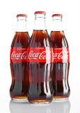 LONDON UK - NOVEMBER 07, 2016: Klassiska flaskor av cocaen - cola på vit bakgrund Royaltyfria Bilder