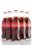 LONDON UK - NOVEMBER 07, 2016: Klassiska flaskor av cocaen - cola på vit bakgrund Arkivfoto