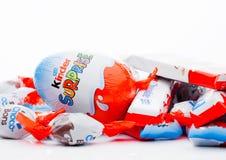 LONDON UK - November 17, 2017: Olik blandning för mer snäll choklad på vit Mer snäll stänger produceras av Ferrero grundade i 194 Fotografering för Bildbyråer