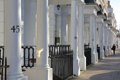LONDON, UK - NOVEMBER 28, 2016: Row of white luxury houses facades in South Kensington Royalty Free Stock Images