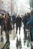 LONDON UK - NOVEMBER 02: Upptagen gata utanför statistik för Covent trädgård Arkivfoton