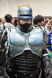 LONDON UK - OKTOBER 26: Cosplayer klädde som Robocop för Co arkivbilder
