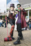 LONDON UK - OKTOBER 26: Cosplayers klädde som en steampunkversi Royaltyfria Bilder