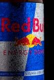 LONDON UK - OKTOBER 27, 2017: Etikett av den Red Bull energidrinken på svart bakgrund Red Bull är den populäraste energidrinken i Arkivbild