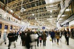 Insida beskådar av London Waterloo posterar Arkivfoton