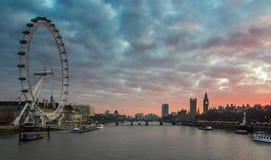 London UK panorama London öga, Big Ben, Westminster slott på flodThemsen på solnedgången Arkivfoton