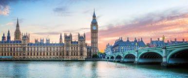 London UK panorama Big Ben i den Westminster slotten på flodThemsen på solnedgången Royaltyfria Foton