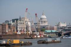 london uk Panorama- vew av den iconic kupolen av domkyrkan för St Paul ` s, flodThemsen, kranar och byggnader under konstruktion Arkivbilder