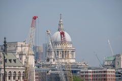 london uk Panoramautsikt av den iconic kupolen av domkyrkan för St Paul ` s, flodThemsen, kranar och byggnader under konstruktion Royaltyfria Bilder