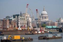 london uk Panoramiczny widok ikonowa kopuła St Paul ` s katedra Rzeczny Thames, żurawie i budynki w budowie, obraz stock