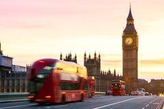 London UK Röd buss i rörelse och Big Ben, slotten av Wes Royaltyfria Bilder