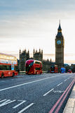 London UK Röd buss i rörelse och Big Ben, slotten av Wes Royaltyfri Bild