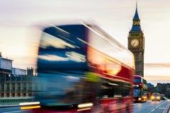 London UK Röd buss i rörelse och Big Ben, slotten av Wes Arkivfoto