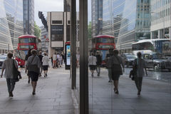 LONDON UK - reflex av stadsliv Fotografering för Bildbyråer