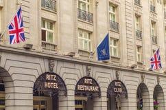 LONDON UK 2016: Ritz Hotel den främre ingången royaltyfria foton